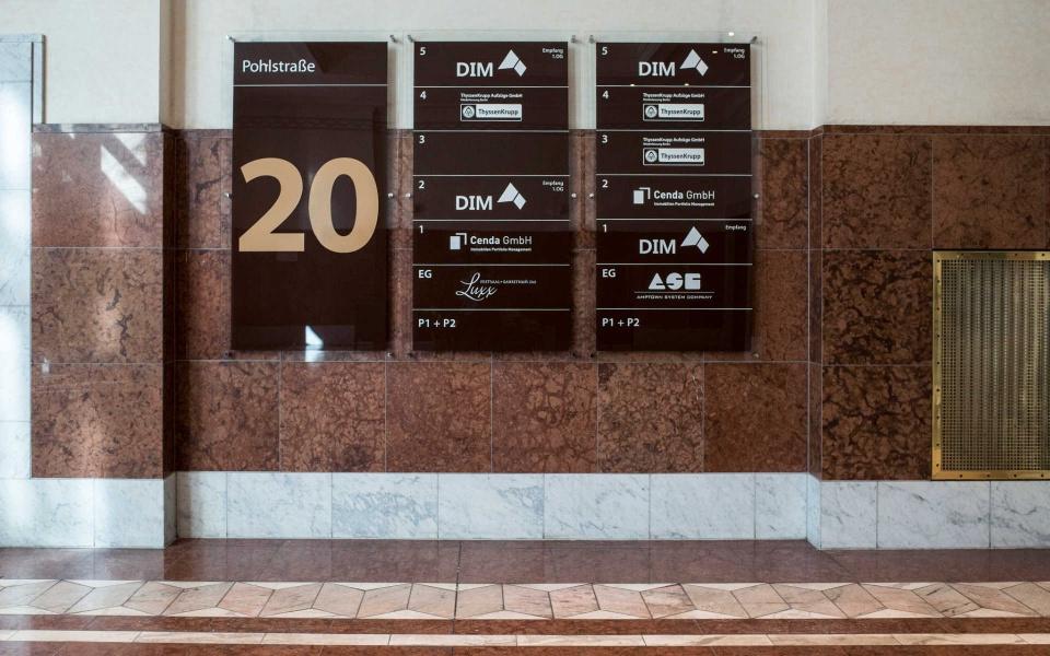 Pohlstrasse Berlin Foyergestaltung Foyerbeschilderung Glasschild