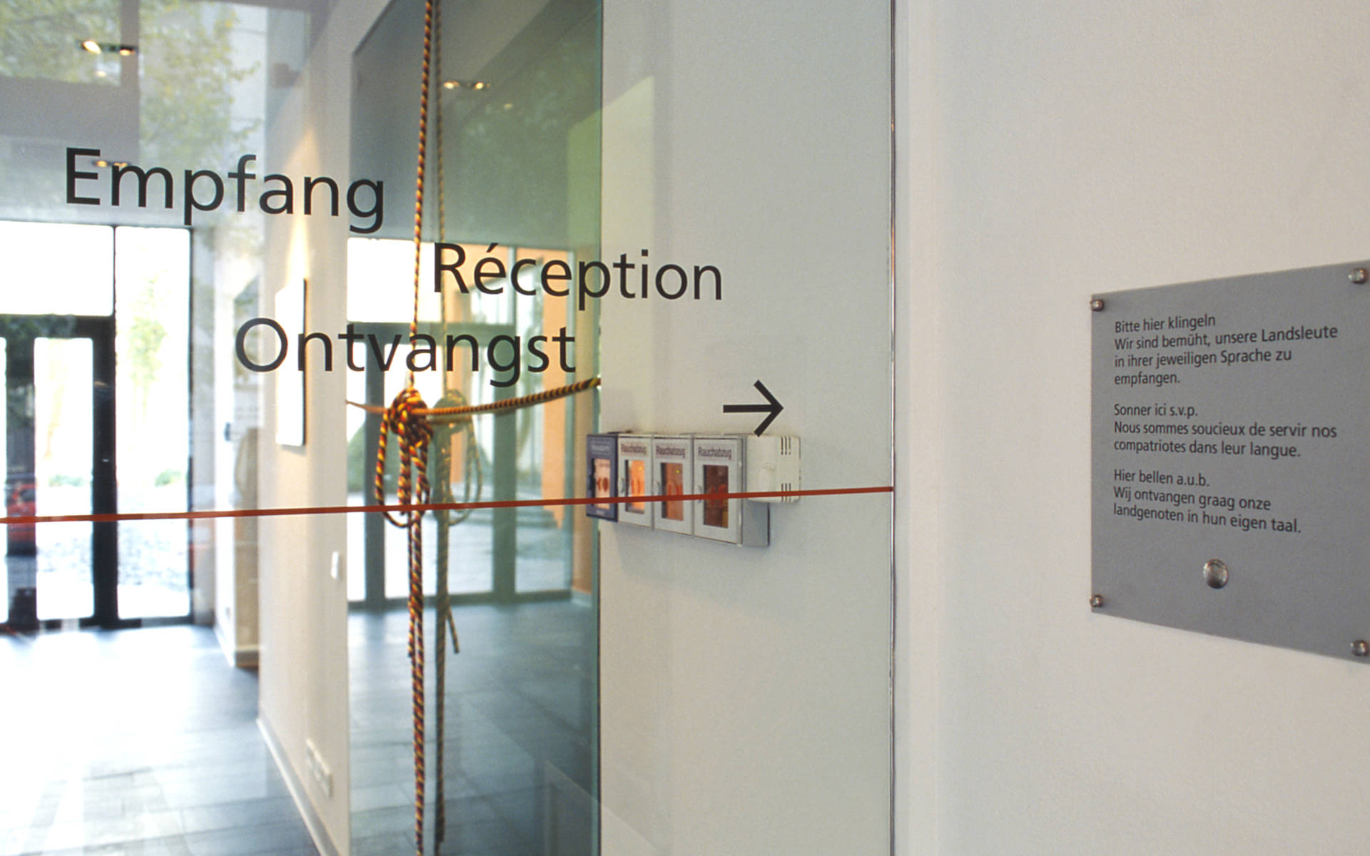 Belgische Botschaft Berlin Leitsystem Folienbeschriftung Schrift auf Glas
