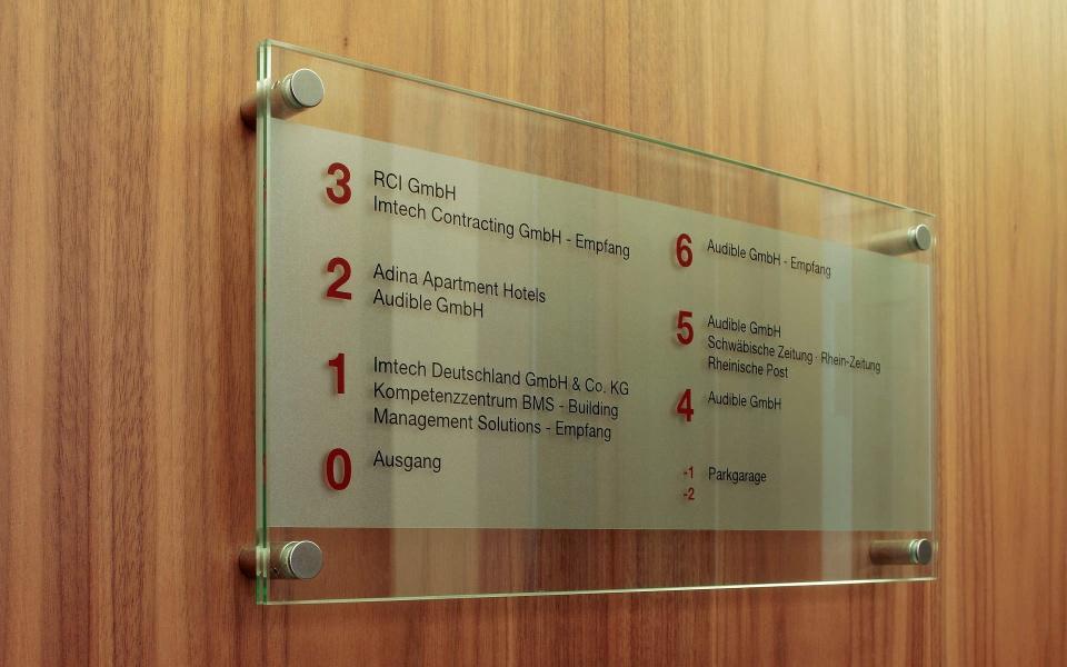 Geschaeftshaus Fahrstuhlbeschilderung Orientierungssystem