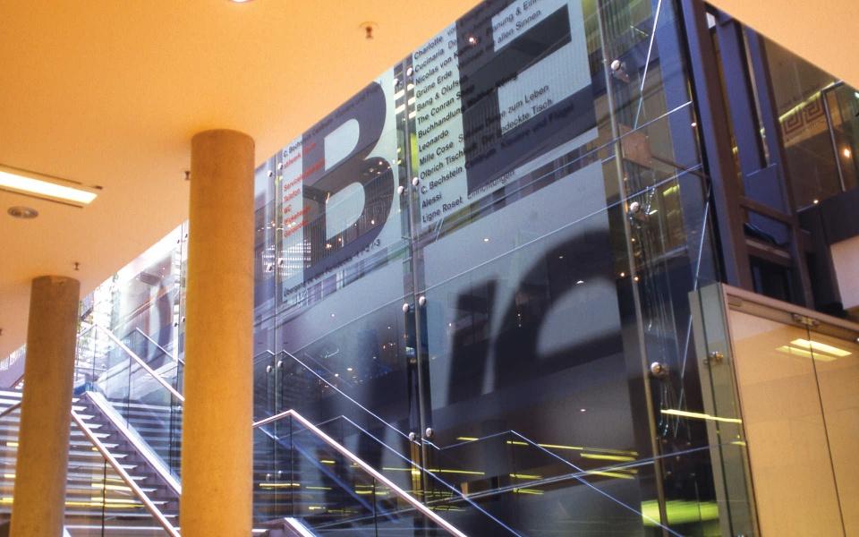 Stilwerk Folienbeschriftung Foyergestaltung Leitsystem