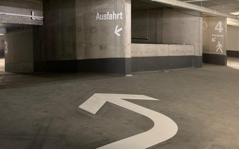 Luetzow Buerohaus Parkgarage Beschilderung Leitsystem Design Berlin