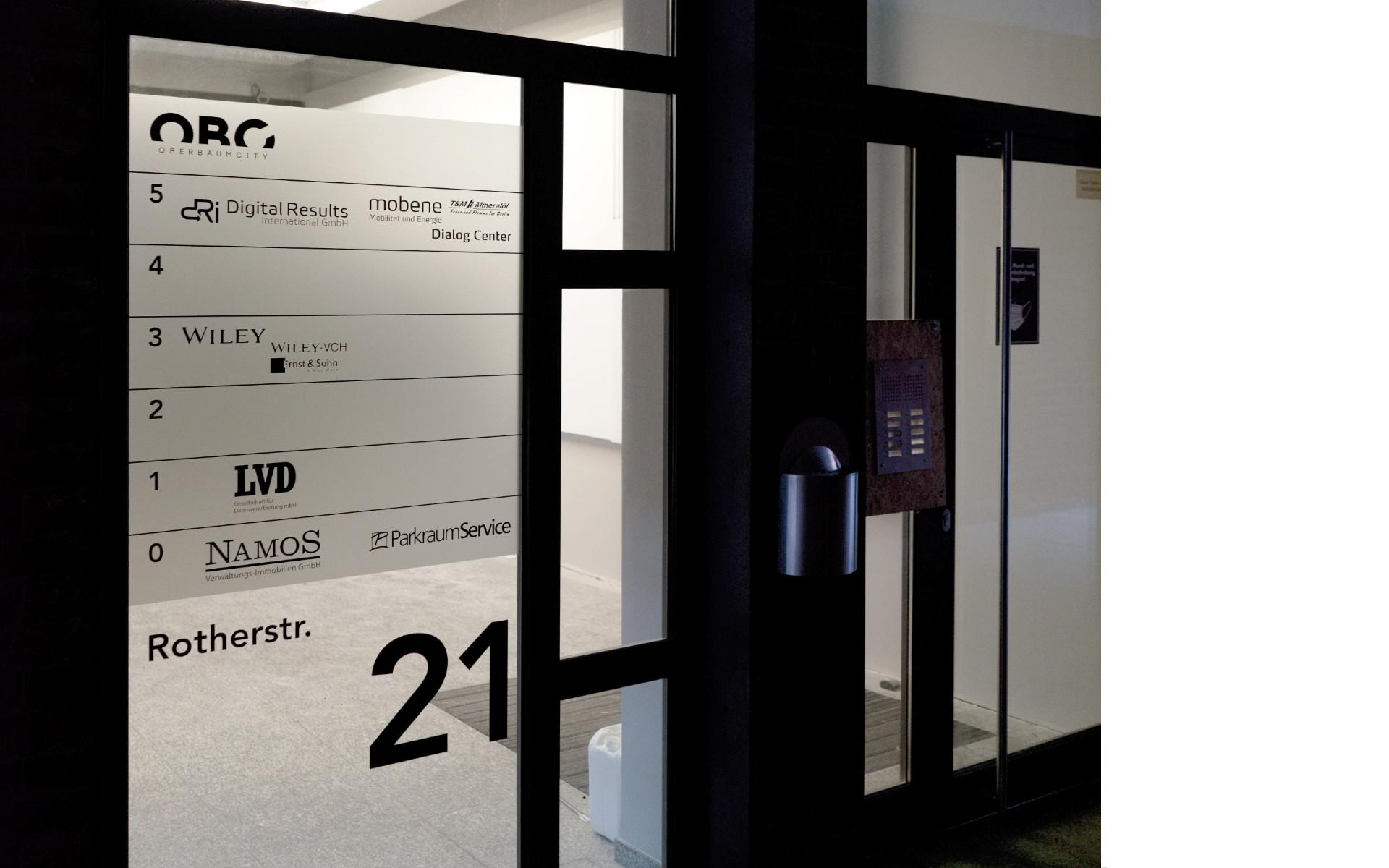 Oberbaumcity Glasbeschriftung Mieteruebersicht Buerohaus Beschilderung Leitsystem Design Berlin