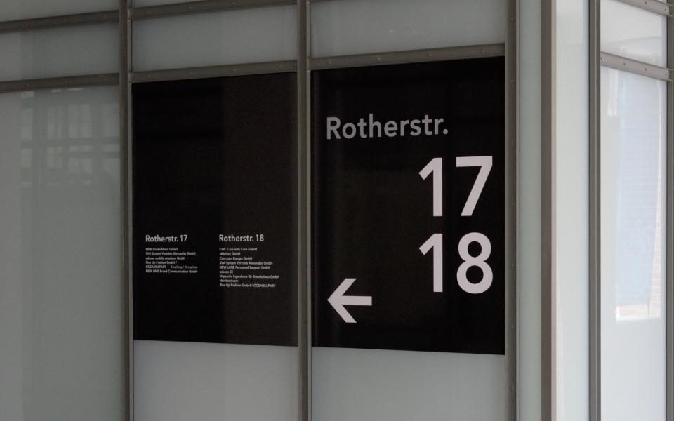 Oberbaumcity Glasbeschriftung Mieteruebersicht Buerohaus Beschilderung Leitsystem Aussenbeschriftung Design Berlin